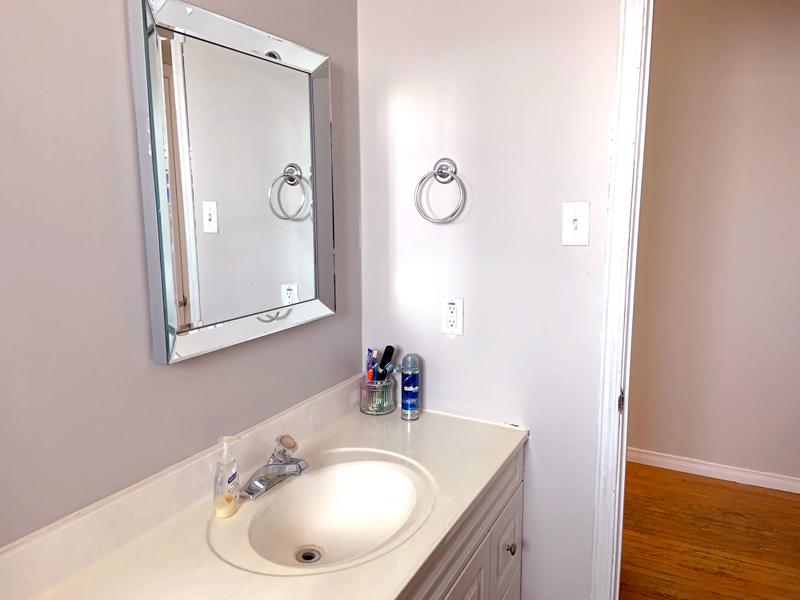 2 Roslyn Road - Upper, Bathroom